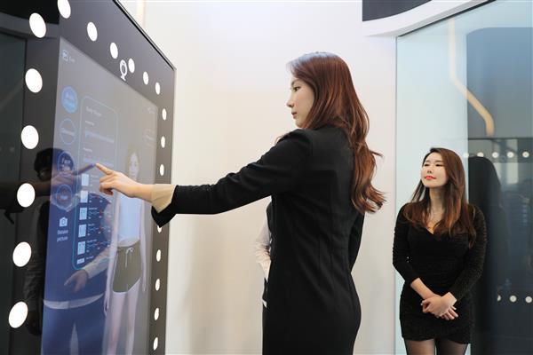 马云带国际奥委会主席体验虚拟试衣镜我看起来更帅了