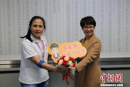 深圳市血液中心献血服务科副主任、志愿者服务队办公室主任蓝欲晓(右)与高敏钟欣摄