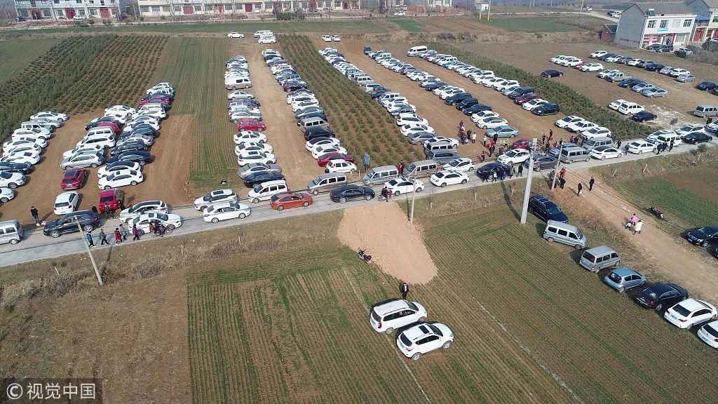 村民设麦田为停车场遭质疑 官方:你是没在农村