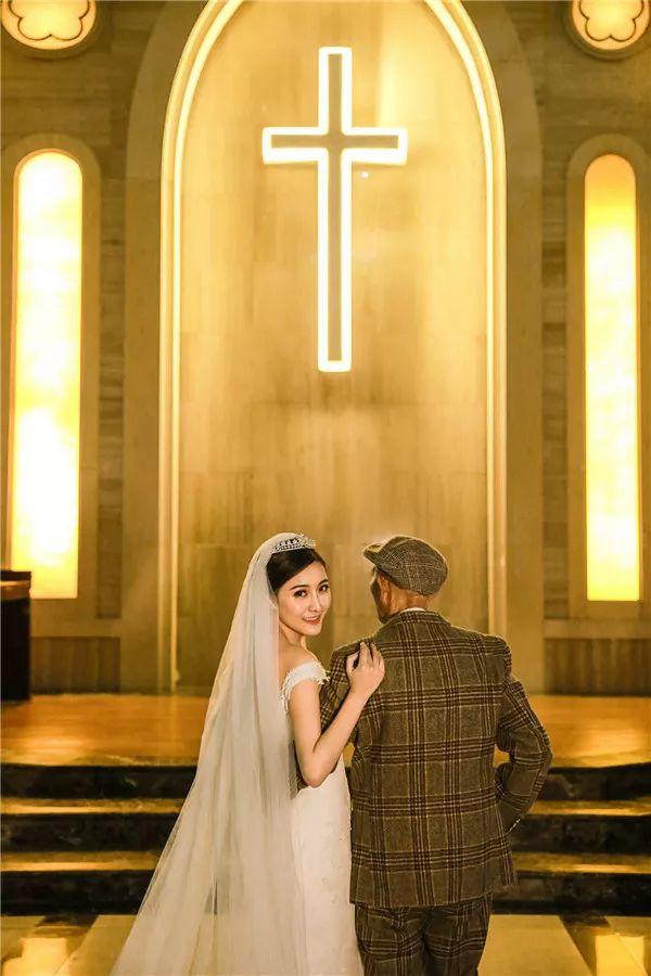 女孩和病重爷爷拍婚纱照:怕以后不记得爷爷的样子