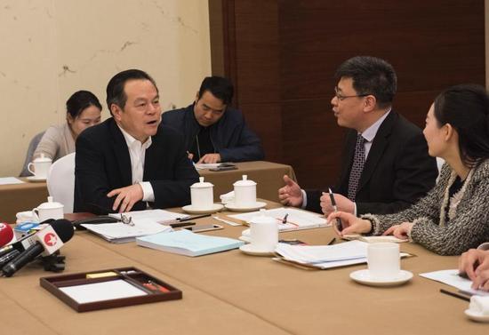 张兆安代表在和工商总局相关人士沟通。张驰摄