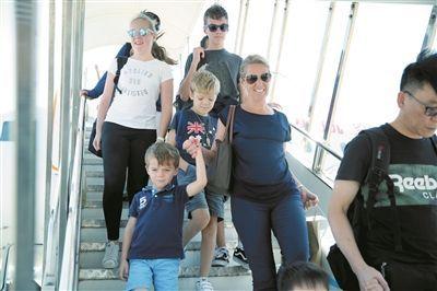 三亚凤凰国际机场,外国游客兴高采烈地走下飞机。本版图片袁永东摄