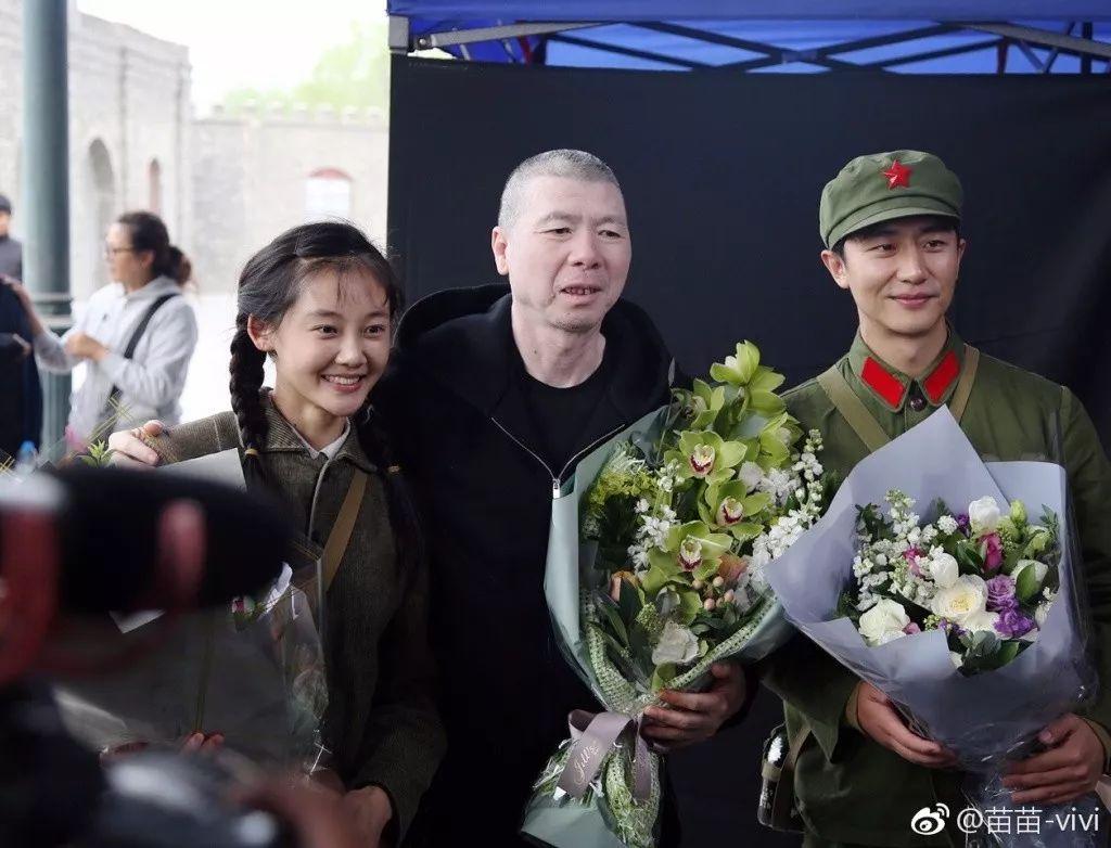 功房,走到北京总政歌舞团的舞台,再走进冯小刚的电影镜头中.   如