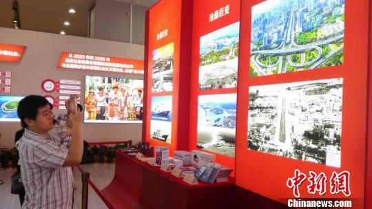 海南建省办经济特区30周年成就展吸引游人驻足。 张茜翼摄