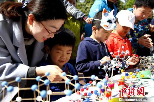 小朋友在观看生化分子模型。 曹雷摄