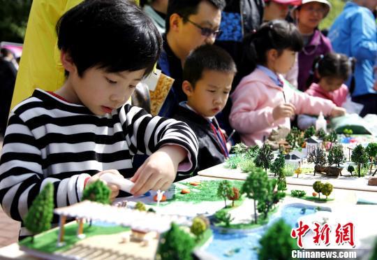 小学生在制作园林模型。 曹雷摄