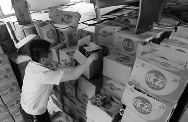 """石家庄警方打掉制作饮料的黑工厂 缴获万瓶假""""脉动"""""""