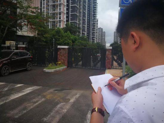 """执法人员正在登记被""""圈占""""的市政道路。"""