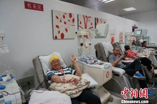 6月10日,曲郑安60岁生日,完成最后一次献血,送自己一份特殊的生日礼物。 韩章云摄