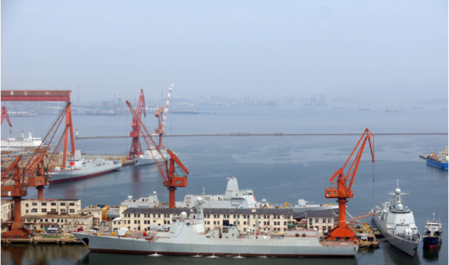 两艘055、三艘052D及远处的88号综合保障船同框。