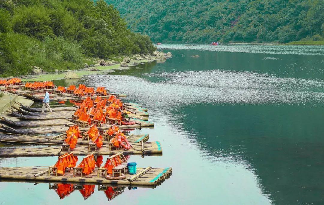 前半程的竹筏漂流河道很宽,水流平稳,以观赏两岸风景为主.