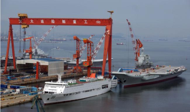 国产航母出坞后,辽宁舰暂未接替入坞,船闸紧闭呈蓄水状态。