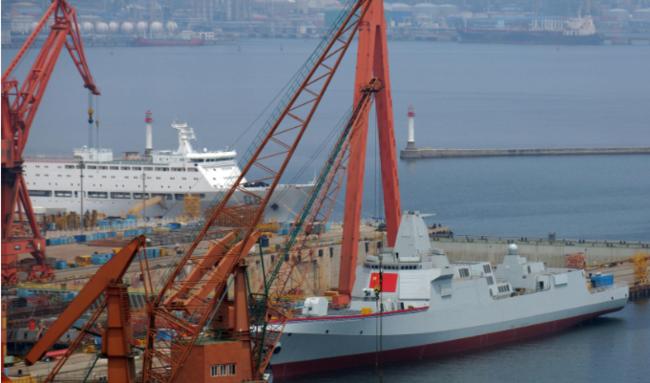 88号综合保障船(白船)转移至055型驱逐舰附近,为国产航母腾出泊位。