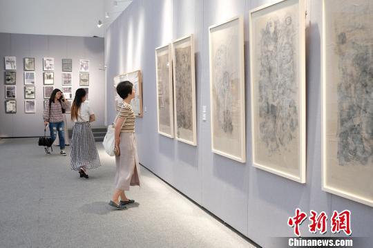 图为在展厅一角观摩的参观者。上海宝山国际民间艺术博览馆供稿