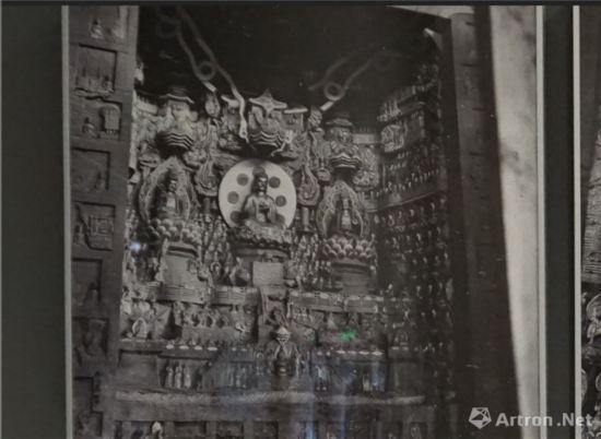 1940年营造学社摄北山石刻观无量寿佛经变相梁先生特别提到这龛,大概因这龛造像内容与建筑上关联最多。
