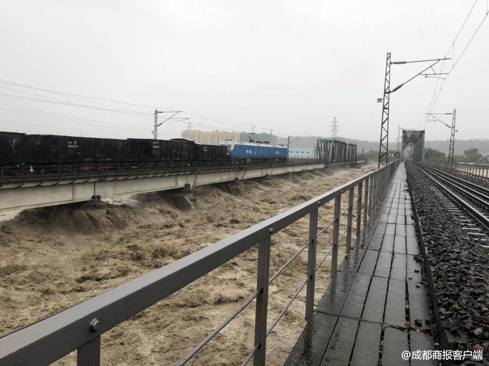 第一次这么做!8000吨火车开上大桥抗洪镇住洪水