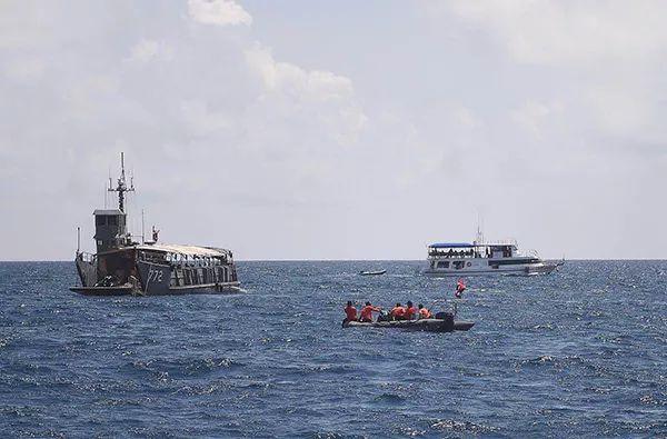 """新闻益事  泰国普吉岛,记者乘坐""""华欣号""""军舰,抵达打捞凤凰号的海域"""