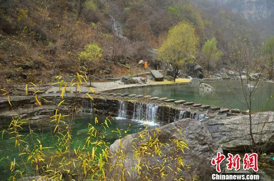 到达神龙湾村,游客可登绝壁栈道,观飞瀑流泉,赏湖光山色,品神龙山泉。 山西省旅发委供图摄