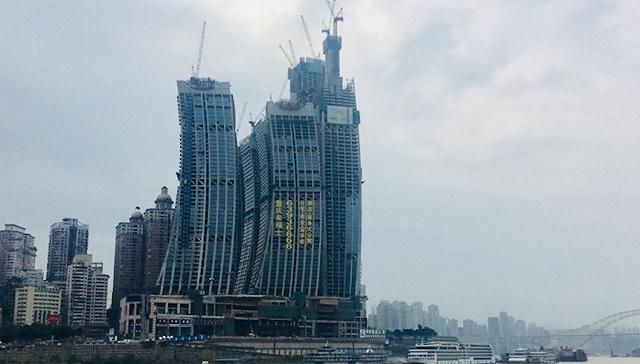 重庆来福士广场惹争议:像个牢笼破坏朝天门天际线