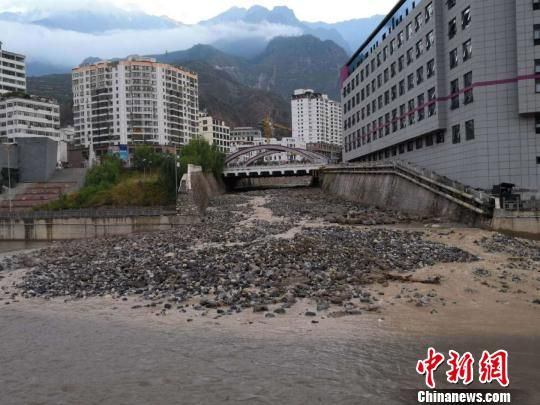 图为舟曲三眼峪、罗家峪等沟谷发生泥石流致县城河道淤泥堆积。(资料图) 钟欣摄