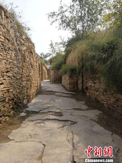 石砌的小路。 范丽芳摄