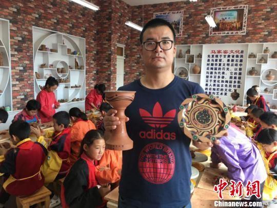 图为该校陶艺课老师蒲增贤作品展示。 张婧摄