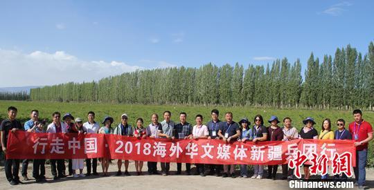 海外华文媒体一行在新疆兵团第二师二十一团辣椒地采访后留影。 戚亚平摄