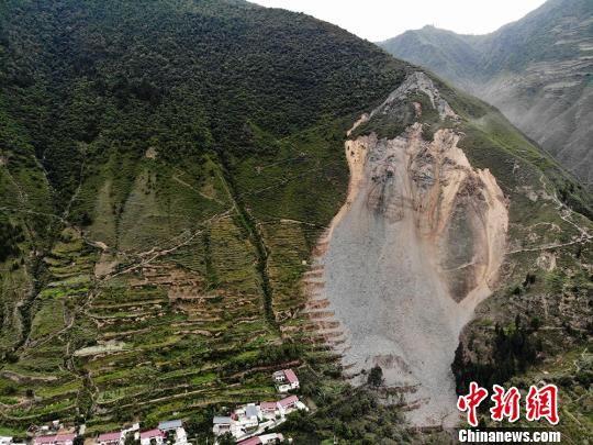 图为舟曲县憨班乡果者村发生山体滑坡,因预警及时,未有人员伤亡。 杨艳敏摄