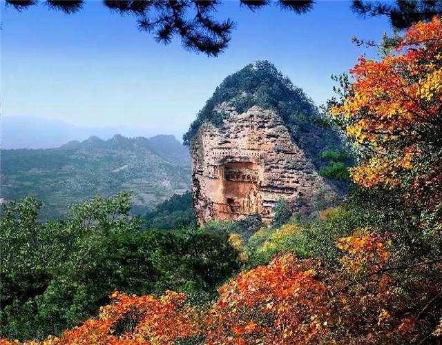 """位于甘肃省天水市麦积区,是小陇山中的一座孤峰,高142米,因山形酷似麦垛而得名。麦积山石窟始建于384-417年,存有221座洞窟、10632身泥塑石雕、1300余平方米壁画,以其精美的泥塑艺术闻名世界,是世界文化遗产、中国四大石窟之一。被誉为""""东方雕塑艺术陈列馆""""。麦积山风景区由麦积山、仙人崖、石门、曲溪、街亭温泉五个子景区180多个景点组成,拥有丰富多样的生物类型和物种,被称为""""陇上林泉之冠"""",是丝绸古道黄金旅游线上的一颗耀眼的艺术明珠和最具潜力的旅游胜地"""