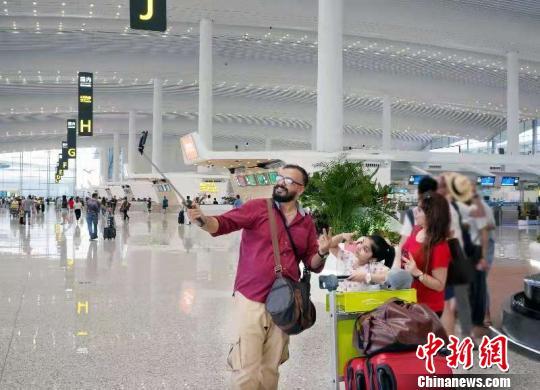 广州白云机场迎来长假返程客流高峰冯文生摄