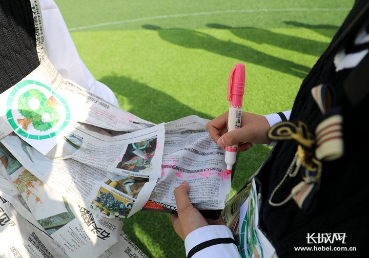 学生用废旧报纸做服装 河北这个学校 环保范儿 十足图片