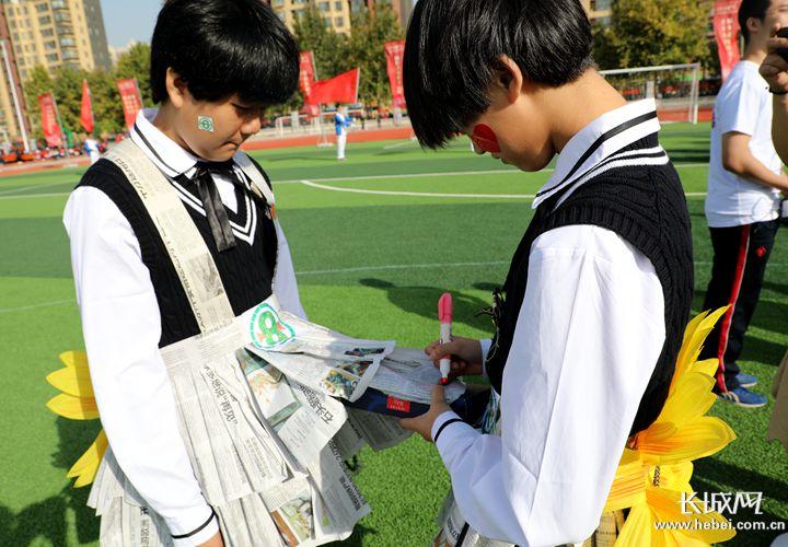 学生用废旧报纸做服装 这个学校 环保范儿 十足图片