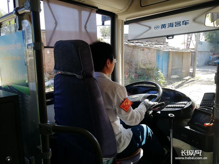 坚守岗位的公交车司机:城市里一道流动的风景线