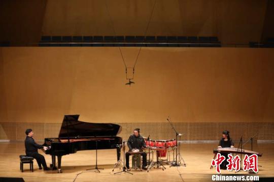 由曲大卫、王佳男、周桃桃来带的即兴跨界融合音乐会,将青马音乐节推向高潮。 主办方供图摄