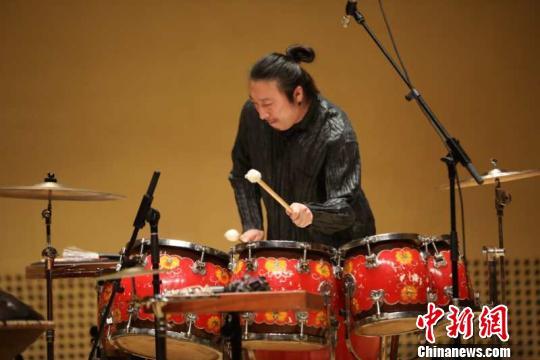 打击乐演奏家王佳男当晚用中国大鼓、排鼓、卡洪鼓、手碟、风铃、脚铃等十多种打击乐完成了与钢琴、古筝的即兴演奏。 胡健摄