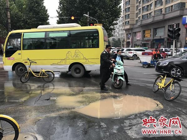 郑州一路面突然冒水致三处塌陷 巡防环卫紧急设路障