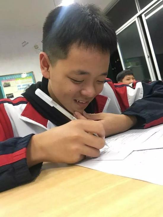 △考试中,学生做着做着就笑了