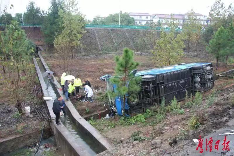 沪昆高速鹰潭境内一大巴车侧翻 17人受伤