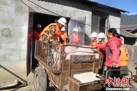 金沙江堰塞湖洪峰抵达云南迪庆 武警转移3300余人