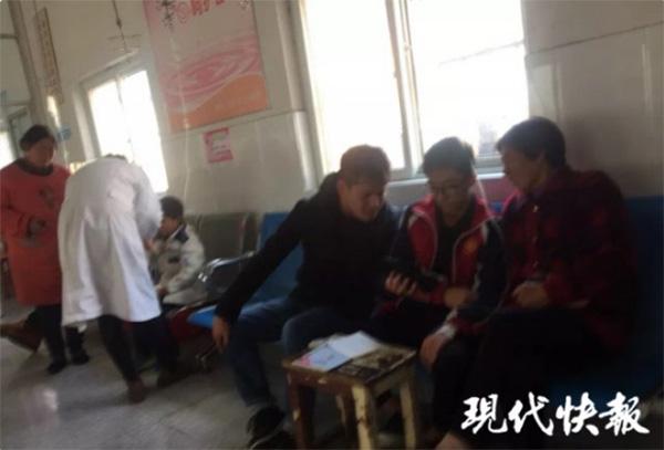 学生生病老师输液室里辅导作业,网友:孩子就送到他班级截图