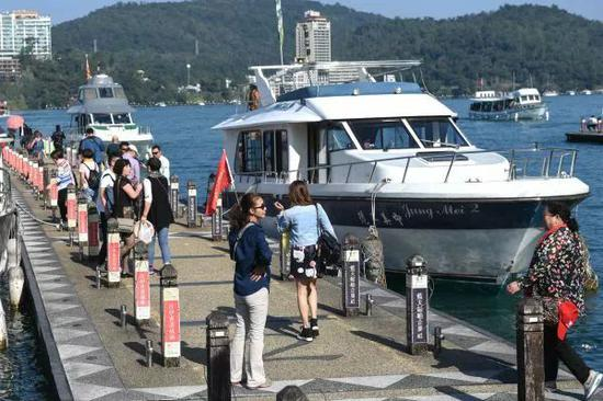 ▲大陆游客在台湾日月潭旅游。(新华社)