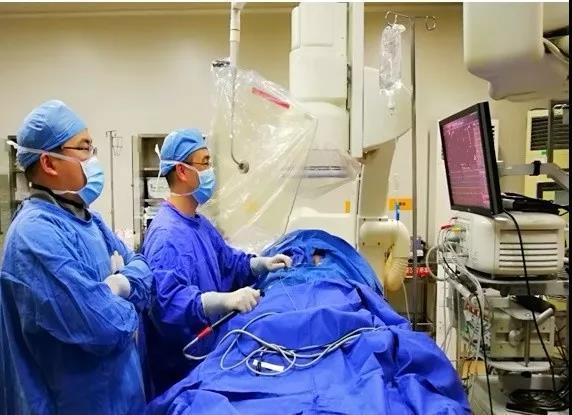 """在""""中华医学会心脏起搏与心电电生理分会""""每年公布的全国心律失常射频消融数量统计结果显示,全国近2000家医院上报了射频消融手术病例,其中年手术量超过200台以上为第一层次,年手术量在100-200台为第二层次,年手术量在50-100台为第三层次,年手术量在50台以下为第四层次。 台州医院心内科电生理手术从1998年起步,2013年全面实行了三维心脏电解剖标测系统指导下快速型心律失常的诊断和消融,既往每年完成的电生理手术量超过300台,其中房颤手术超过100台,均排在全省前列。 2"""