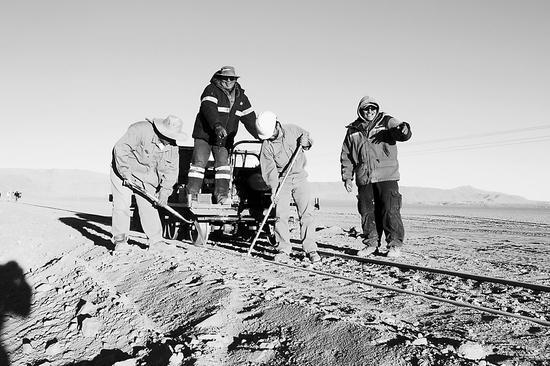图片说明: 图片说明:图为在贝尔格拉诺货运铁路上施工的阿根廷工人。 白云怡摄