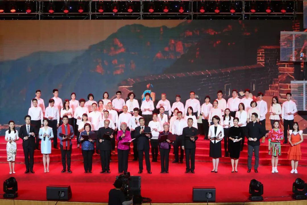 中央广播电视总台参与诵读库录制的播音员主持人代表和现场的观众们共同朗诵《黄河颂》