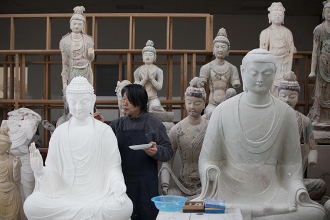 作为所里唯一的雕塑修复师,李林一尊一尊地复原着石窟里的塑像。