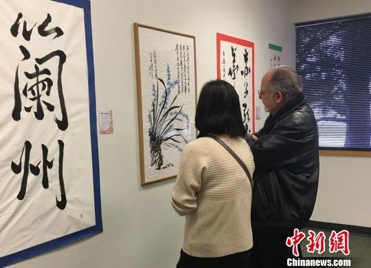 《海外华人写兰州国际书法展》在美国丹佛活动的展览厅一角。 钟欣摄