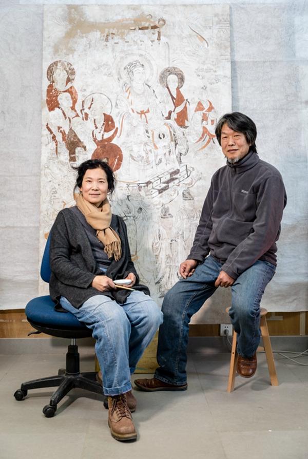 关晋文(左),敦煌研究院美术临摹师,已在敦煌工作34年;  李林(右),敦煌研究院雕塑临摹师,已在敦煌工作36年。