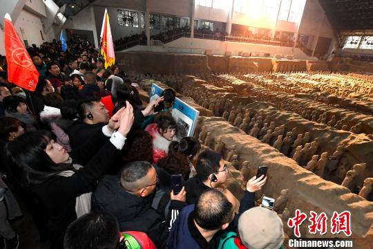 游客参观兵马俑。 张天柱摄