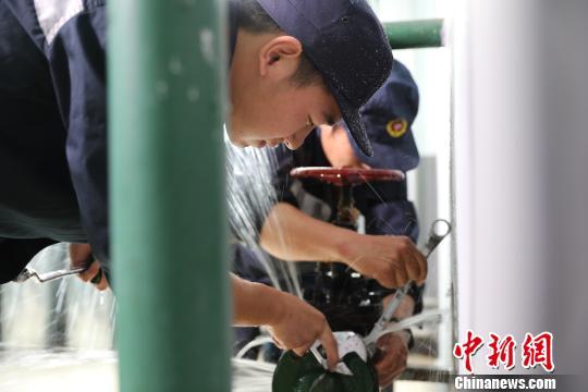 职工抢修作业保证供暖温度。 任晓江摄