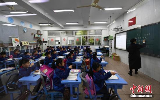 3月5日,浙江小学生们正在上课。近日,浙江省在中国率先实施推迟小学早上上学时间,要求一二年级学生最迟到校时间不得早于8点,上课时间不得早于8点30分,以此保障学生充足的休息时间,促进其身心健康,提升学习效率。</p><p>中新社记者王刚摄